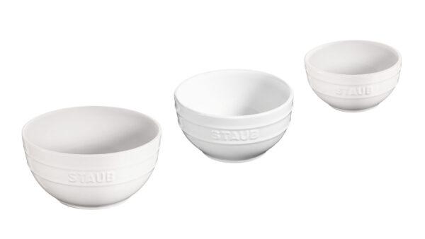 Dieses Set aus der Serie STAUB Keramik bringt Ihre Leckereien besonders stilvoll auf den Tisch. Genauso gut bereiten Sie darin Speisen in der Küche zu. Das Set besteht aus drei Schüsseln mit einem Durchmesser von 12 cm