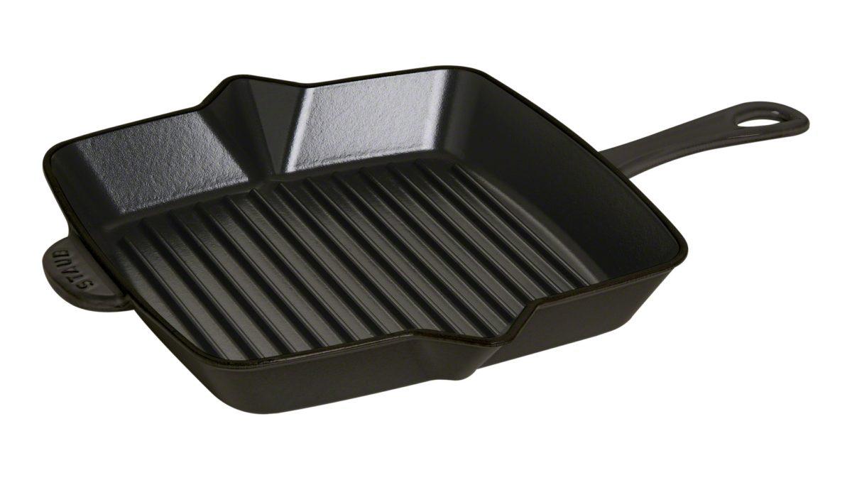 Es handelt sich um einen Auslaufartikel. In der zimtfarbenen amerikanischen Grillpfanne von STAUB braten Sie Steaks und andere Fleischstücke besonders fettarm