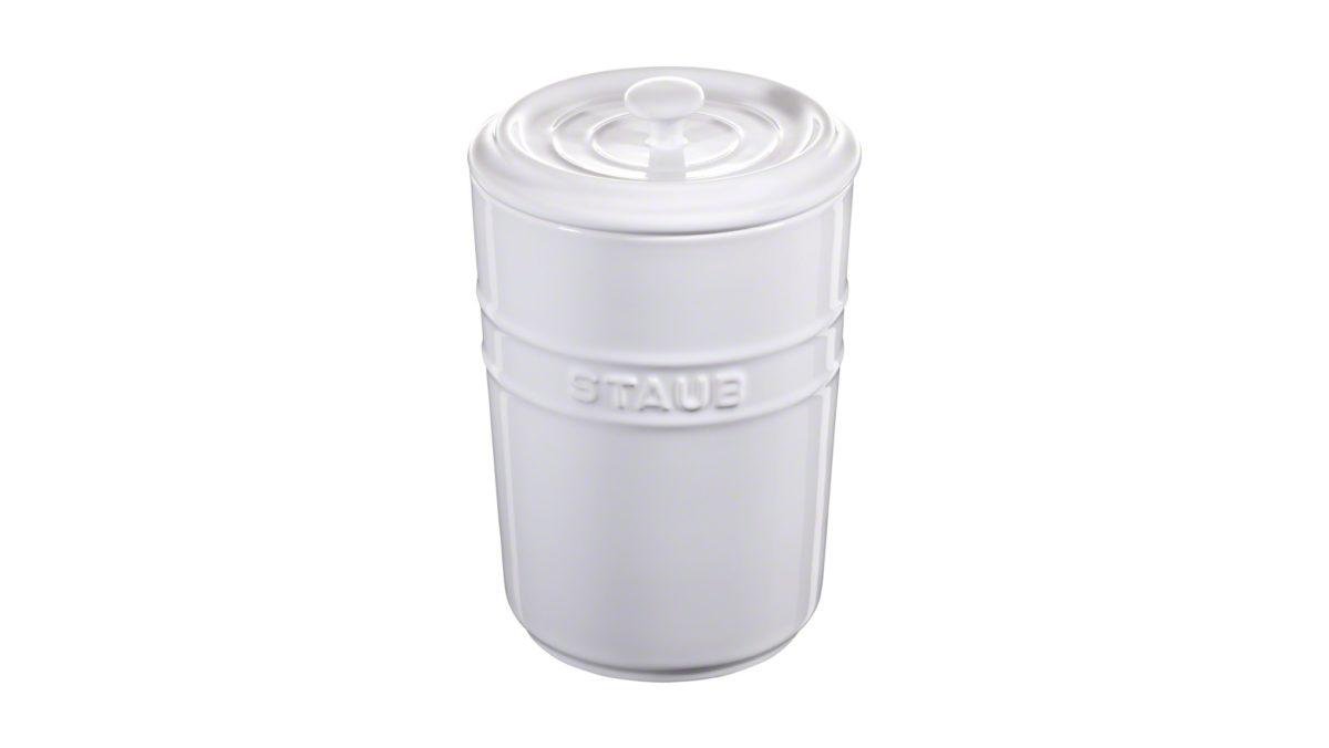 Dank des Aufbewahrungsbehälters von STAUB wird die Bevorratung von Lebensmitteln in der Küche unkompliziert. Die kirschrote Farbe macht den Aufbewahrungsbehälter zu einem echten Blickfang in der Küche. Mit seinem zeitlos eleganten Design passt er in jedes Ambiente. Das Füllvolumen von 1