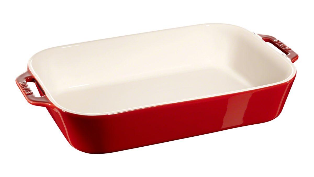 Diese rechteckige Auflaufform von Staub eignet sich hervorragend für die Zubereitung herzhafter Gratins oder feiner Desserts. Aufgrund ihres ansprechenden Designs in Orange können Sie die Gerichte darin auch sehr gut servieren. Mit ihrer Größe von 14 x 11 cm bietet sie sich für die Zubereitung individueller Portionen an. Die Oberfläche ist sehr hygienisch und leicht zu reinigen. Wenn Sie mehrere Formen besitzen