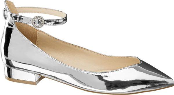 Highlight Die hochglänzende Metallic Optik macht den silberfarbenen Blink Ballerina zum Hingucker Ihres Ausgeh Outfits Der Schuh ist schlank geschnitten und wirkt mit dem tiefen Schuhausschnitt und der spitzen Schuhspitze atemberaubend feminin Der Fersenbereich ist etwas höher designt und mit einem zierlichen Fesselriemchen versehen das mit einer schmucksteinbesetzten Schnalle verstellt werden kann Toll zu verkürzten Skinny Jeans!