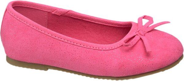 Dieser Cupcake Couture Ballerina überzeugt durch seinen schlichten Stil und der dennoch außergewöhnlichen Farbgebung In einem kräftigen Pink gehalten ist dieser Ballerina auf jeden Fall ein echter Hingucker Ob im Frühjahr oder Sommer der Schuh kann zu vielen Outfits problemlos getragen werden und liefert so einen fröhlichen Farbtupfer Dank der flachen Sohle ist der Schuh zudem auch bequem zu tragen