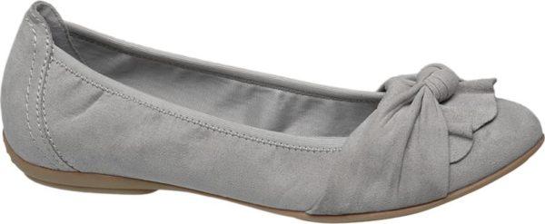 Dank der Kolorierung in dezentem Hellgrau ist der Ballerina von Graceland ein echtes Kombi Talent das zu verschiedenen Kleidungsstilen passt Er ist aus einem angenehm weichen Material Mix aus Synthetik PU und Textil gefertigt und mit einem bequemen flachen Absatz versehen Vorne läuft der schlank geschnittene Schuh leicht spitz zu und ist mit einer stylischen Drapierung akzentuiert