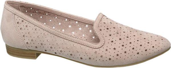 Sommerzeit ist Ballerinazeit – und dieser zarte und romantische Ballerina von Graceland ist eine ganz besondere Augenweide Die Cut Outs in Sternen und Pünktchenform sorgen für einen echten Hingucker und auch der 1 7 cm hohe Absatz unterstreicht diesen verspielten Eindruck Durch die rosa Farbgebung wirkt der Schuh dennoch nicht zu aufdringlich und lässt sich hervorragend mit sommerlichen Kleider kombinieren Dank des Textilgewebes ist der Schuh zudem angenehm atmungsaktiv