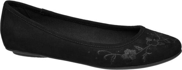 Der schwarze Ballerina von Graceland setzt auf ein elegantes Design im angesagten Ton in Ton Look Anmutig und mädchenhaft wirkt die schlanke Formgebung mit schmal zulaufender abgerundeter Schuhspitze tiefem Schuhausschnitt und minimalem 0 5 cm Absatz Ober und Innenmaterial Laufsohle und Absatz sind schwarz ebenso die hübschen dezent glänzenden Blumen Stickereien