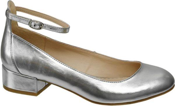 Der Ballerina von Graceland präsentiert sich in trendigem Silberglanz Er ist in Metallic Optik designt und zaubert mit tiefem Schuhausschnitt runder Schuhspitze und zierlichem Fesselriemchen eine mädchenhaft anmutige Silhouette Der bequeme 3 2 cm Blockabsatz ist ebenfalls silberfarben bezogen das Innenmaterial ist kontrastfarben in Beige Nude gehalten