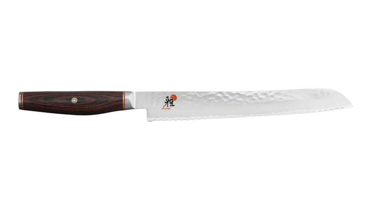 Die Klinge des Brotmesser von Miyabi hat einen robusten Wellenschliff