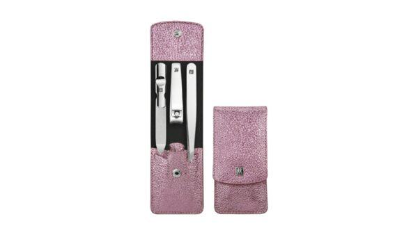 Das 3-teilige Nagelpflegeset der Serie ZWILLING Classic Inox enthält in einem eleganten Druckknopf-Etui hochwertige Instrumente aus rostfreiem Edelstahl. Das Etui aus echtem Rindleder in der trendigen Farbe Pink Metallic eignet sich für zu Hause
