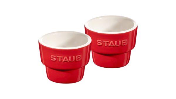 Mit diesen Eierbechern von STAUB wird das Frühstück zum Genuss. Sie sind aus robuster Keramik gefertigt und kirschrot glasiert. Die Gesamthöhe der Becher beträgt 5 cm