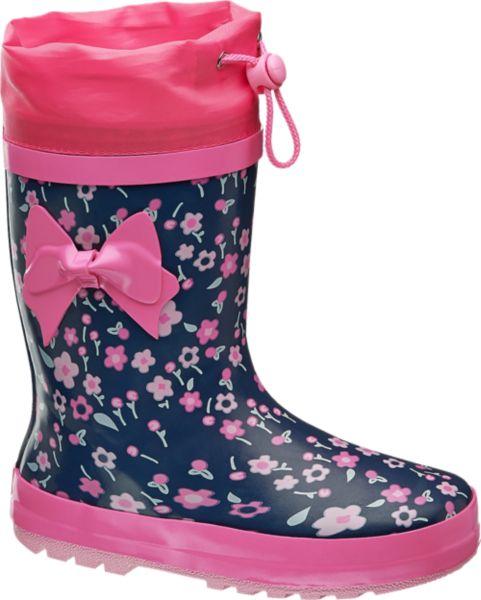 Der süße Gummistiefel von Cortina kommt in den Farben Blau und Pink daher Die Sohle und die Einstiegsöffnung des Stiefels sind komplett in Pink gehalten während der Rest des Schuhs die Grundfarbe Blau trägt und mit kleinen Blumen verziert ist Eine pinke Schleife auf dem Schaft rundet das mädchenhafte Design ab Ein Gummizug an der Einstiegsöffnung verhindert das Hereinlaufen von Wasser in den Schuh