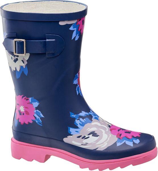 Wenn das Wetter regnerischer wird sorgt der Gummistiefel von Cortina für trockene Füße Dabei besticht der Schuh durch sein verspieltes Design das verschiedene Looks im Herbst und Winter gekonnt aufwertet Verschiedenfarbige Blumen zieren dabei den blauen Gummistiefel mit der pinken Sohle Das Innenmaterial aus Textil und Baumwolle sorgt zudem bei jedem Wetter für den angenehmen Tragekomfort während die Schnalle am Schaft hilft den Schuh in seiner Passform etwas zu variieren