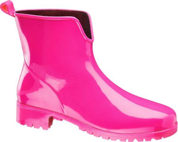 Der Gummistiefel von Graceland setzt auf Hot Pink als Gegenmittel bei grauem Regenwetter Er ist etwas niedriger und ähnlich wie eine Chelsea Stiefelette geschnitten Das hochglänzende Obermaterial sorgt nicht nur für eine trendstarke Optik sondern auch für trockene Füße Mit der schlanken Linienführung und dem etwas höheren Blockabsatz wirkt der Gummistiefel sehr feminin