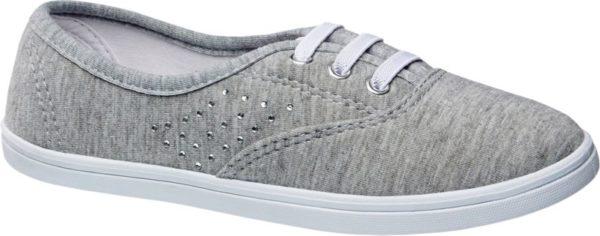 Überaus angenehm trägt sich dieser graue Hausschuh von Cupcake Couture Das Obermaterial besteht aus softem Textil in melierter Optik und ist mit Ton in Ton Nähten versehen Ein modischer Eyecatcher sind die seitlich angebrachten kleinen Schmucksteinchen Innen ist der Schuh mit weißem Textil ausgestattet Die Schnürsenkel und die im Sneaker Stil gestaltete Laufsohle sind ebenfalls weiß
