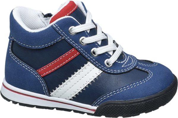 Der blaue Lauflerner von Bobbi Shoes ist etwas höher geschnitten und gewährt damit kleinen Füßen guten Halt Zudem sind Schaft und Lasche bequem gepolstert – so ist für ein angenehmes Tragegefühl gesorgt Rote und weiße Kontrastnähte und Einsätze bringen Farbe ins Spiel Die vorne hochgezogene Laufsohle ist ebenfalls mehrfarbig designt Dank Reißverschluss ist der Schuh schnell an und ausgezogen