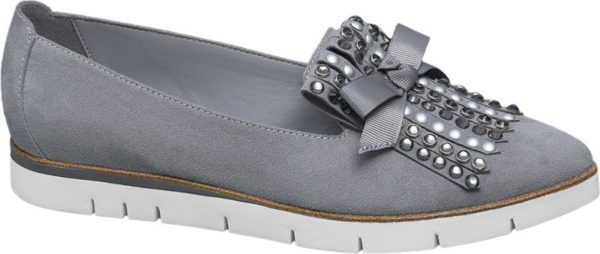 Wie stylish sich das klassische Loafer Design neu interpretieren lässt macht das Label Catwalk mit diesem Modell in grauer Velours Optik vor Der verschlusslose Schuh ist aus Textil und Synthetik gefertigt und schlank geschnitten Akzentuiert wird das Design von einer Zierschleife und einer Fransen Lasche die mit funkelnden Steinen und glänzenden Deko Perlen geschmückt ist Die profilierte weiße 2 2 cm Plateausohle bildet einen sportiven Kontrast