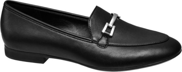 Schlicht schwarz chic – so lässt sich der Loafer von Graceland mit drei Worten beschreiben Er ist in Lederoptik designt und ähnlich wie ein klassischer Penny Loafer geschnitten Tonige Ziernähte und die Wulstnaht auf dem Vorderblatt akzentuieren den unifarbenen Look Blickfang die silberfarbene Zierspange auf der Lasche