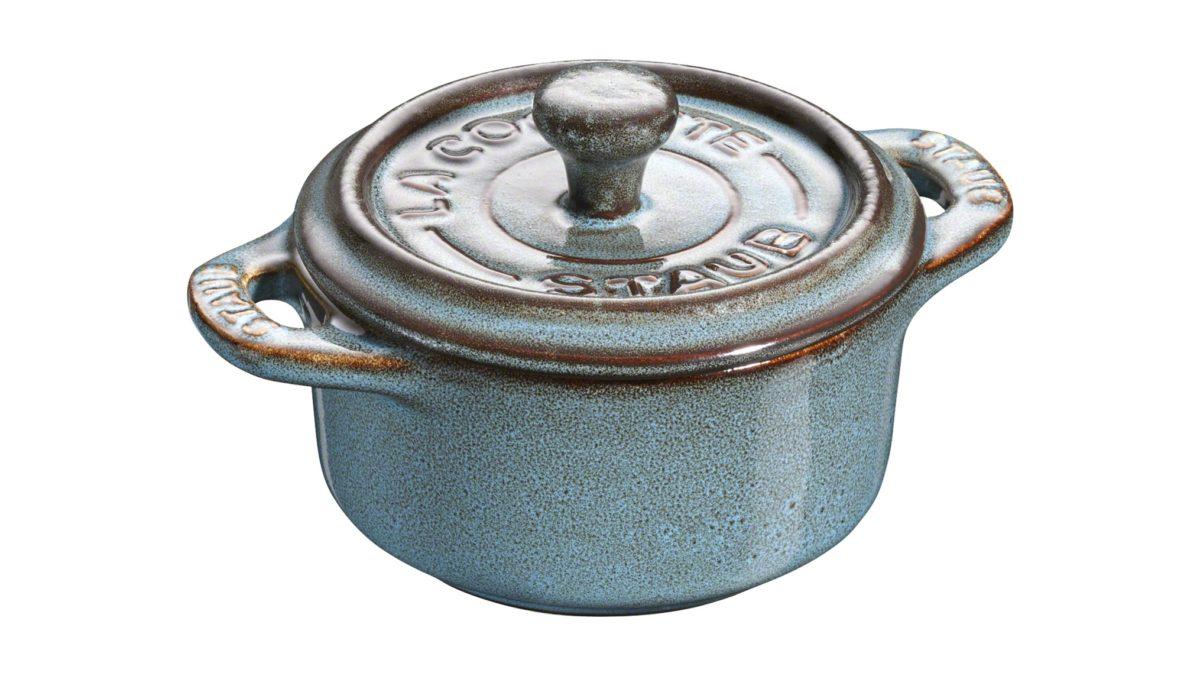 Die Mini-Cocotte aus der Serie Ceramic by STAUB eignet sich ideal zum Zubereiten und Servieren einzelner Portionen von Küchlein