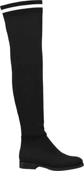 Dieser schwarze Overknee von Catwalk zaubert geradezu endlos lange Beine Er besteht aus mattem fest gewebtem Textilmaterial und sein Schaft aus Elast schmiegt sich über Feinstrumpfhosen ebenso eng ans Bein wie über Jeggins Ein kleiner Absatz von 2 8 cm Höhe zaubert noch ein Stück Beinlänge hinzu Der helle Streifen an der Oberkante des Schafts setzt einen minimalistischen Akzent durch den sich dieser Stiefel besonders gut zu graphischen Mustern kombinieren lässt