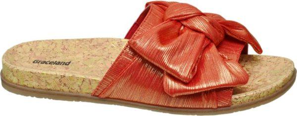 Für alle die den verspielten Boho Look lieben ist diese Pantolette von Catwalk ein wahres Must have für den kommenden Sommer Feuriges Rot trifft auf schimmerndes Gold und die 2 2 cm hohe Sohle in Korkoptik – fehlt nur noch ein zartes Fußkettchen um den Knöchel um ein wenig das Urlaubsgefühl zu spüren Der Schuh stellt dabei einen modischen Kontrast zu einem komplett weißen Outfit dar
