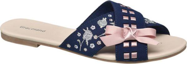 Mit der Pantolette aus softem Textil hat Graceland einen märchenhaften Sommer Schuh für romantisch veranlagte Fashionistas kreiert Er ist feminin schmal geschnitten und kombiniert zwei breite sich kreuzende Riemen von denen einer mit zauberhaften Blumen Stickereien verziert ist Der andere Riemen wird von einem schimmernden Schleifenband akzentuiert Erhältlich ist die charmante Pantolette in Schwarz mit gleichfarbigem Satinband und in Blau mit rosafarbenem Band