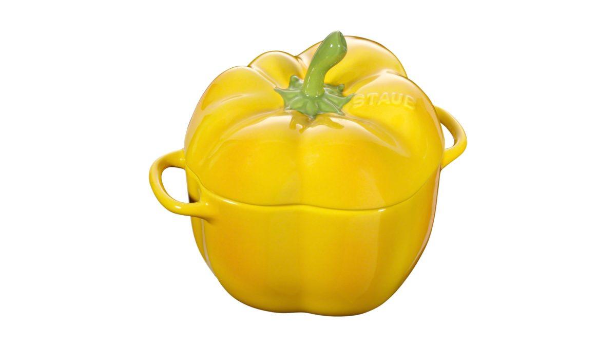 In dieser Cocotte aus Keramik lassen sich wunderbare Gemüsegerichte und kleine Aufläufe mit einer krossen Schicht aus würzigem Käse zaubern. In dem orangeroten Kunstwerk in Form einer Paprika kommen Ihre Gerichte auch optisch auf der Tafel voll zur Geltung