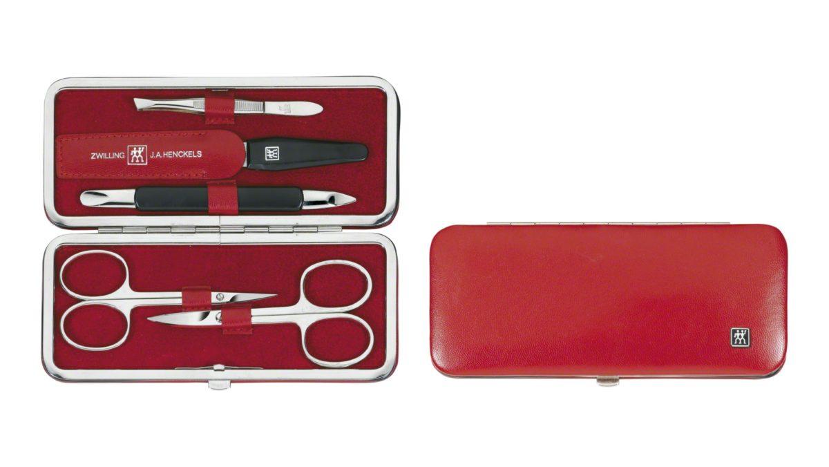 Das rote Rahmen-Etui mit einem 5-teiligen Maniküre-Set aus der Serie ZWILLING® Classic Maniküre-Sets eignet sich für den Alltag sowie für kurze und lange Reisen. Es enthält funktionale und hochwertige Instrumente für die Nagelpflege. Zu diesem Sortiment gehören eine Nagelschere