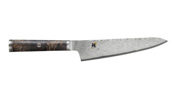 """Mit dem Shotoh-Messer aus der Serie MIYABI 5000MCD 67 holen Sie sich einen eleganten Helfer in die Küche. Durch die Klingenmaserung ist das 13 cm lange Messer schon rein äußerlich etwas Besonderes. Das schimmernde florale Muster ist bei jedem Messer einzigartig und ein charakteristisches Kennzeichen des Damaszenerstahls. Eine ähnliche Maserung findet sich auch im Griff aus glattpoliertem """"Black Ash´´-Holz wieder"""