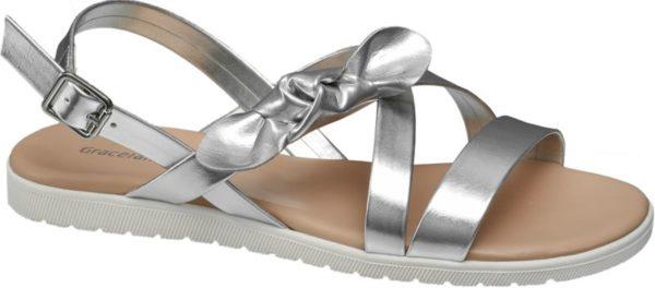 Diese stylische Sandale von Graceland in Silber ist der perfekte Begleiter für einen modischen Sommerlook Die seitliche Zierschleife macht sie zu einem auffälligen Blickfang Die Sandale punktet dabei mit einem dezenten Absatz mit einer Höhe von 1 7 cm Die silberne Sandale hat einen leichten Schimmer und kommt so bei legeren oder sportlichen Outfits in neutralen Farben besonders gut zur Geltung