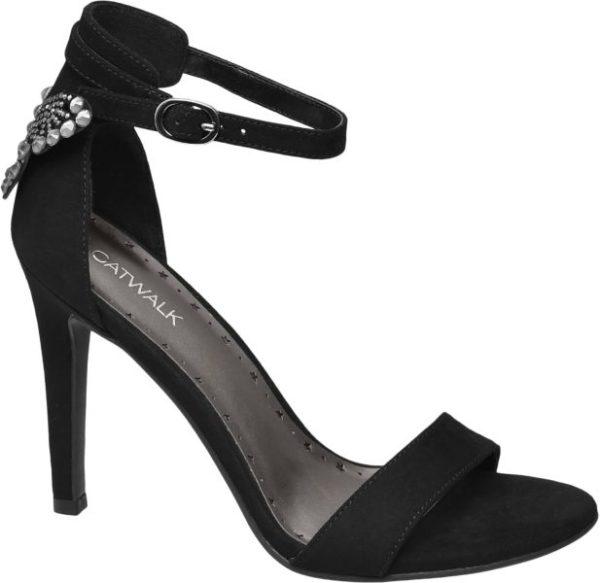 Ihre glamourösen Details offenbart die schwarze Sandalette von Catwalk erst auf den zweiten Blick Der Fersenbereich wird von einem Besatz funkelnder Schmucksteine geziert Mit dem schlanken Schnitt und dem grazilen 10 5 cm Pfennigabsatz bewirkt der vorne und an den Seiten offene Schuh eine feminine und elegante Silhouette Für guten Halt sorgen die geschlossene Fersenpartie und ein verstellbares Knöchelriemchen