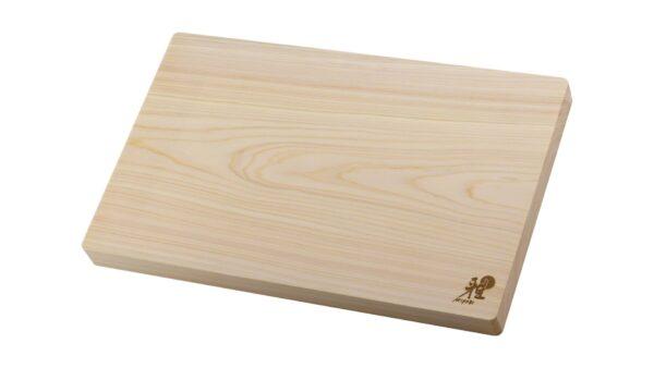 Das mittelgroße Schneidbrett aus Hinokiholz ist die perfekte Schneidunterlage für Messer von Miyabi