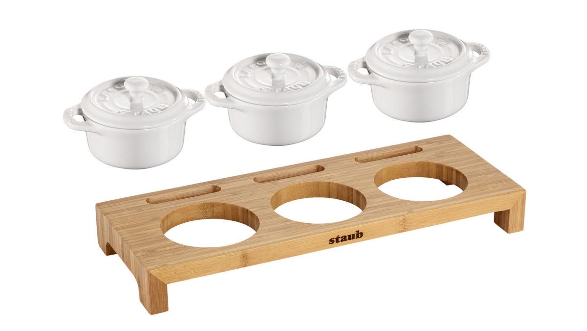 Mit diesem Set aus einem Servierbrett und drei Keramik Mini-Cocottes von STAUB präsentieren Sie auf eleganter Weise Ihre Gerichte auf den Tisch. Die runde Mini-Cocotte aus der Keramik-Serie von Staub können Sie im Backofen und auch in der Mikrowelle benutzen. Sie eignet sich beispielsweise für Ragouts und Desserts. Es ist nicht nur möglich