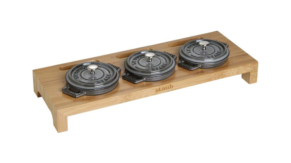 Mit diesem Set aus einem Servierbrett und drei Mini-Cocottes von STAUB präsentieren Sie auf eleganter Weise Ihre Gerichte auf den Tisch. Die Cocotte in dezentem Grafitgrau aus der Serie La Cocotte von STAUB überzeugt durch ein ansprechendes Design und hohe Funktionalität. Sie können sie auf jedem Herd und im Backofen verwenden. Sie eignet sich hervorragend als Backform für kleine Kuchen und lässt sich sehr leicht reinigen. Der gusseiserne