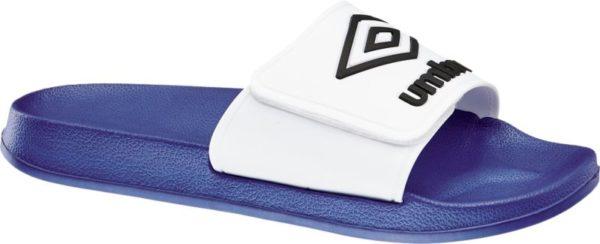 Die blauen Slides von Umbro eignen sich mit ihrem robusten und unempfindlichen Material optimal für den Einsatz in Garten Freibad und Nassbereichen Schuhspitze und Ferse sind offen designt – die Slides können einfach übergestreift werden Der breite weiße Riemen über dem Spann ist mit Label Logo und Print versehen