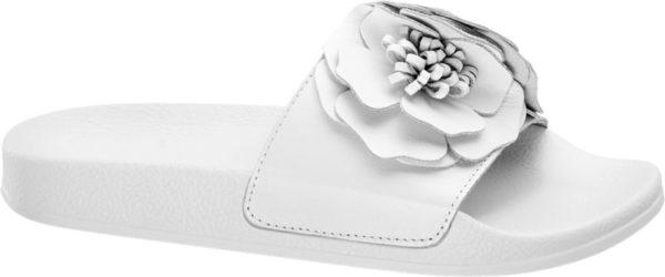 Die Slides von 5th Avenue überzeugen durch schlichte Farben und aufregende Details Der breite Riemen der Pantolette ist in mattem Weiß gehalten und wird von einer großen goldenen Blume geschmückt Die Laufsohle ist ebenfalls in schlichtem Weiß gehalten Die Pantolette ist aus hochwertigem Leder gefertigt