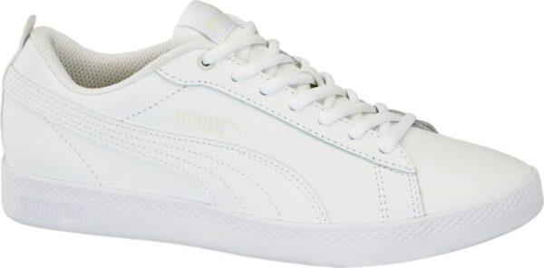 Ein weißer Sneaker wie der Sneaker SMASH V2 L von Puma ist ein Must have für jeden Schuhschrank Er ist aus hochwertigem Leder gefertigt und schmal geschnitten Der verstärkte Fersenbereich gibt dem Fuß Halt Innen ist der Schuh mit weißem Mesh und Textil versehen das für ein angenehmes Fußklima sorgt Schnürsenkel und Gummilaufsohle sind weiß Auch die Label Details sind Ton in Ton designt
