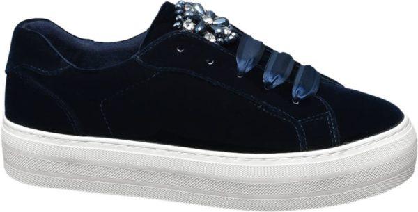 Darf es etwas ausgefallener und dennoch bequem sein? Mit diesem stylischen Sneaker von Catwalk ist das kein Problem Optisch überzeugt der Schuh in tiefem Blau mit auffälligen Schmucksteinen Schnürriemen aus Satin und dem Samtbezug während der Plateauabsatz mit 3 5 cm das Design stilecht abrundet Dabei garantiert das Innenmaterial aus Textil ein luftiges Tragegefühl zu jedem Look im Herbst und Winter
