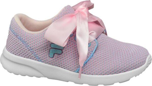 Mit dem pinkfarbenen Sneaker von Fila sind Nachwuchs Fashionistas modisch gestylt unterwegs Zudem ist der coole Schuh herrlich bequem Er verfügt über eine Lightweight Sohle die für ein leichtes angenehmes Lauf und Tragegefühl sorgt Das Obermaterial besteht aus Mesh akzentuiert von blau abgesetzten Label Details Blickfang ist das schimmernde rosafarbene Satinband das als Schnürriemen dient und zu einer großen Schleife gebunden wird