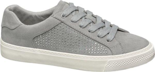 Bei dem grauen Schnürer hat das Label Graceland den sportiven Sneaker Style mit glanzvollen Effekten aufgepeppt Der Schuh ist schlank aber bequem geschnitten und im Fersenbereich verstärkt Schaft und Lasche sind gepolstert Das Innenmaterial besteht aus farblich abgestimmtem Textil und verspricht ein gutes Schuhklima sowie ein angenehmes Tragegefühl Schimmernde Schmucksteine bringen Glamour in das Design Die Laufsohle ist unifarben weiß