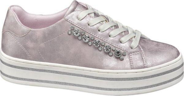 Ein echtes Glamour Piece hat die Marke Graceland mit diesem rosafarbenen Sneaker kreiert Der trendstarke Schuh zeigt sich in metallisch glänzender Brushed Optik und ist außerdem mit rund gefassten weißen Schmucksteinen verziert die für jede Menge Glitzern und Funkeln sorgen Innen ist er mit rosafarbenem Mesh und Textil versehen Die weiße Plateausohle akzentuiert mit silberfarbenen Streifen rundet das zeitgemäße Sneaker Design ab