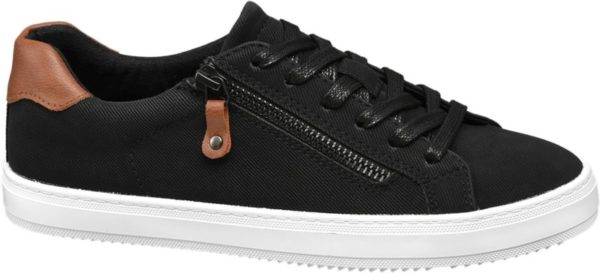 Der schwarze Schnürer von Graceland zeichnet sich durch ein sportives Design im Sneaker Stil aus Er ist schlank aber bequem geschnitten und für ein komfortables Tragegefühl entlang des Einstiegs gepolstert Modische Akzente setzen der Fersen Patch in brauner Lederoptik und der seitliche Deko Reißverschluss Die absatzlose Laufsohle ist klassisch weiß das Innenmaterial besteht aus schwarzem Textil