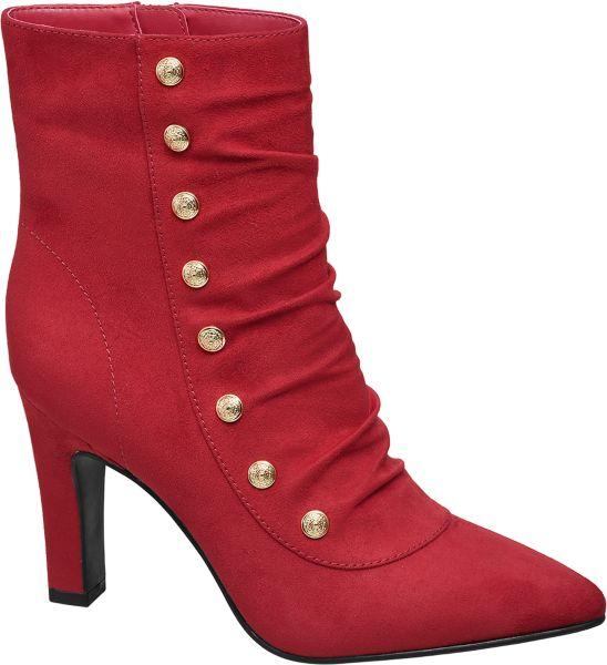 Mit der roten Stiefelette präsentiert das Label Catwalk ein ultra stylishes It Piece Sie ist schmal geschnitten und läuft vorne spitz zu Zusammen mit dem schlanken 7 8 cm Absatz entsteht ein hinreißend femininer und eleganter Look der Ihre Beine zum Blickfang macht Der Absatz ist ebenso wie die Laufsohle schwarz abgesetzt Goldfarbene Deko Knöpfe bringen Glamour in das Design