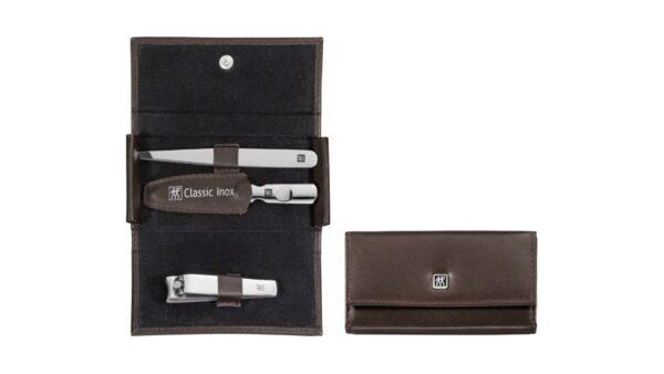 ZWILLING® bietet Ihnen mit dem 3-teiligen Taschen-Etui ein Set mit drei Pflegeinstrumenten für optimal gepflegte Nägel und Brauen: Enthalten sind eine Kombi-Nagelschere