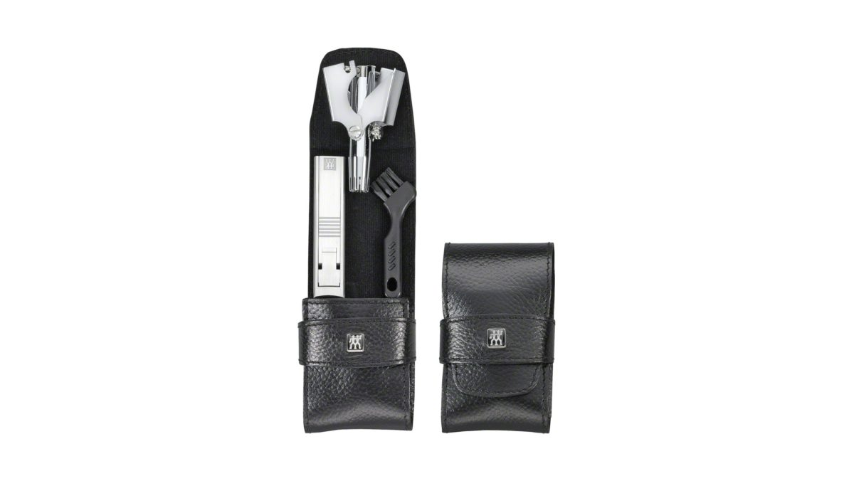Das edle Taschen-Etui aus Rindleder gehört zur Serie TWINOX® Maniküre-Sets und präsentiert sich in professioneller Qualität. Das 2-teilige Set in dezentem Schwarz beinhaltet funktionale Instrumente für die tägliche Pflege. Dazu gehören neben einem Nagelknipser
