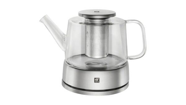 Das 3-teilige Teekannenset mit Stövchen und Sieb aus der Serie ZWILLING® Sorrento ist ein edles Utensil für die Zubereitung erlesener Tees. Es verbindet das traditionelle Teeritual gelungen mit modernen Materialien und intelligentem Design. Die Teekanne hat ein Fassungsvermögen von 0