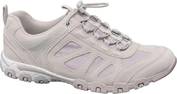 Geschnitten wie ein sportiver Sneaker bietet der pink rosafarbene Slipper von Graceland maximalen Tragekomfort Er kommt mit bequemer Passform und einem leichten und angenehmen Material Mix aus Synthetik PU Mesh und Textil Die verstärkte Fersenpartie und der gepolsterte Schaft sorgen für einen guten Sitz Dank elastischem Schnellverschluss ist der Sneaker im Handumdrehen angezogen Die Laufsohle ist für guten Grip deutlich profiliert