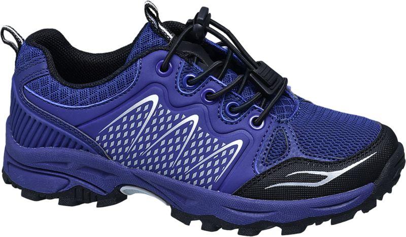 Dieser blaue Trekking Schuh von Victory ist die optimale Wahl für einen aktiven Sommer im Freien Die robuste Sohle mit einem stark ausgeprägten Profil verspricht Kindern dabei den perfekten Halt beim Spielen und Laufen Durch die praktischen elastischen Schnürsenkel ist der Schuh zudem einfach zu handhaben Die silbernen Verzierungen verleihen dem Schuh einen ausgefallenen und stylischen Look