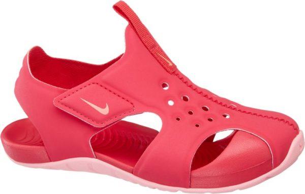 In der Wassersandale von Nike sind kleine Füße beim Baden Planschen und Spielen am und im Wasser gut geschützt Sie ist aus einem angenehm zu tragenden und zugleich robusten Material gefertigt und mit einer griffig profilierten Laufsohle versehen Vorne ist die Sandale geschlossen gestaltet um die Zehenpartie zu schützen Den coolen Wasserschuh gibt es in Pink und in Blau