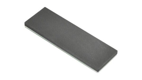 Mit der täglichen Nutzung eines Messers nimmt dessen Schärfe und Schnitthaltigkeit ab. Diese können jedoch mithilfe eines Schleifsteins leicht wiederhergestellt werden. Die Nutzung eines Wetzsteins trägt eine besonders geringe Menge des Stahls ab und lässt somit eine glatte und scharfe Oberfläche zurück. Der Wetzstein von Bob Kramer ist auf diese Messer spezialisiert und erlaubt einen schnellen und präzisen Schliff. Mit einer Körnung von 400 handelt es sich um einen rauen Schleifstein