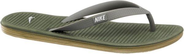 Können Zehentrenner maskulin und cool wirken? Der Zehentrenner SOLARSOFT II von Nike auf jeden Fall Mit dem schmalen V Riemen setzt er auf ein minimalistisches aber effektives Design in einem dezenten Khakigrün Die Sohle ist leicht und flexibel und durch die Rillen auf der Innenseite sehr angenehm zu tragen Akzentuiert wird der Schuh von kontrastfarbenen Label Details